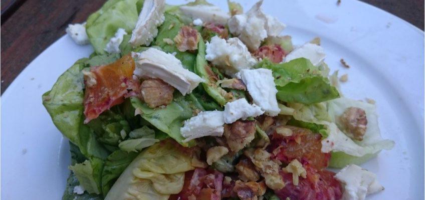 Salat mit Blutorangen, Ziegenkäse und Walnüssen