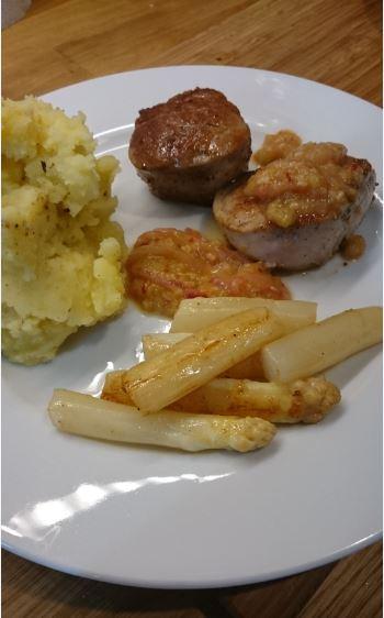 Schweinemedaillons mit Rhabarber, Spargel und Kartoffel