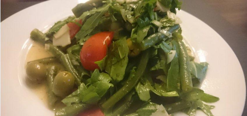 Bohnensalatmit Rucola und Oliven